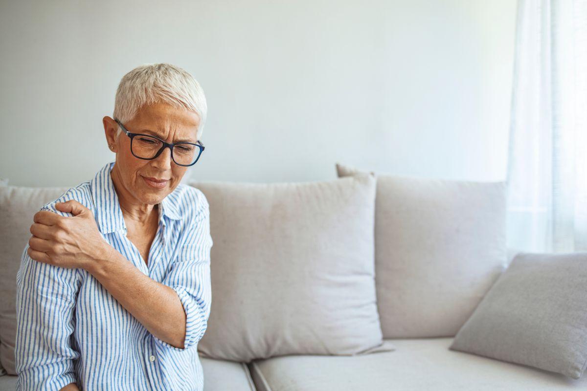 Donna affetta da infiammazione della cuffia dei rotatori